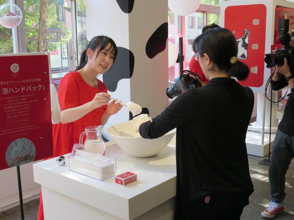 牛乳石鹸「赤箱」の魅力アピール/福岡で「赤箱AWA―YA」オープン